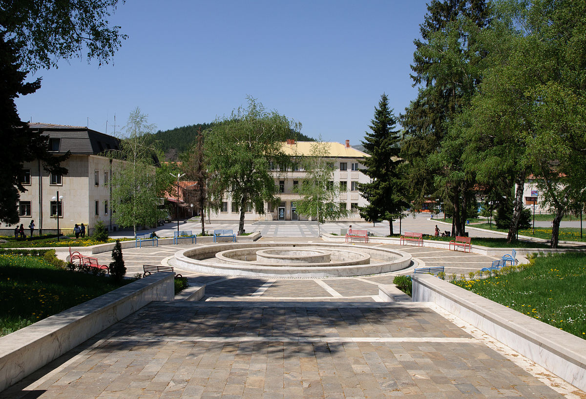 1200px-Godech_central_square
